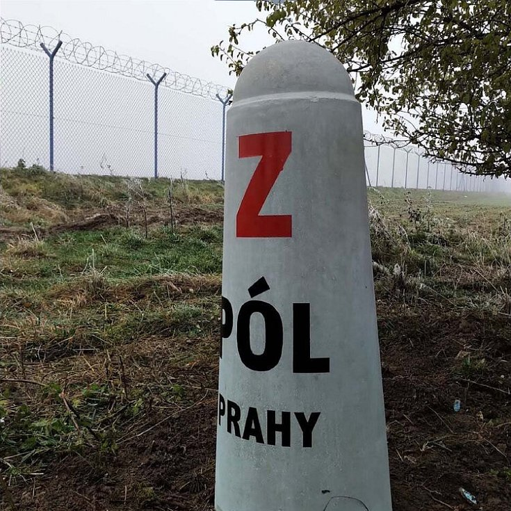 Západní pól Prahy leží cca 500 m jihovýchodně od areálu Amazon v obci Dobrovíz.