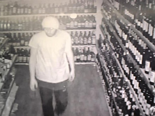 Policisté věří, že při pátrání po hledaném muži pomůže záznam z kamery, která ho v prodejně zachytila.