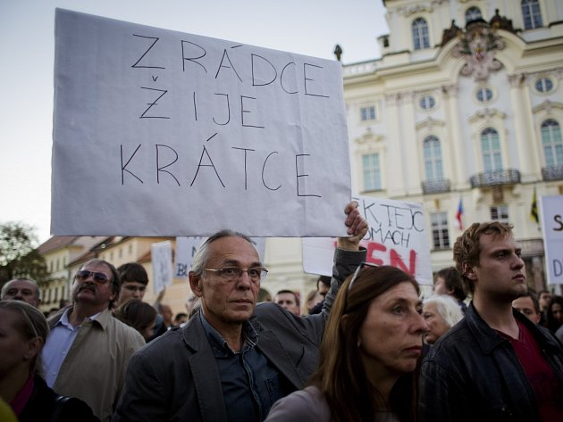 Lidé přišli podpořit Bohuslava Sobotku na Hradčanské náměstí.