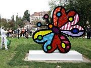 Kontroverzní socha motýla na Ortenově náměstí vzbuzuje rozpaky.
