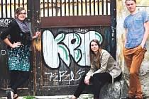 STUDENTI Fakulty humanitních studií přišli s neobvyklou průvodcovskou službou. Podle jejich projektu Pragulic budou turisty po městě provázet lidé bez domova. Zleva Katarina Chalupková, Tereza Jurečková a Ondřej Klügl.