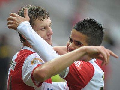 SEŠÍVANÍ STŘELCI. Tomáš Necid (vlevo) a střelec dvou pondělních gólů do sítě Zlína Tijany Belaid táhnou obhájce titulu.