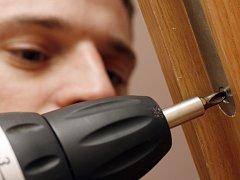 Riziku vloupání se vystavují hlavně nemovitosti se starším typem zámku. Jednoduchou a přitom velice účinnou prevenci představuje pouhé zamykání hlavních vstupních dveří do bytových domů.