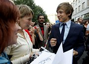 Herec William Moseley rozdává autogramy.