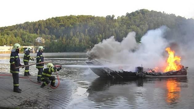 Dohořívající člun byl odtažen na náplavku přehrady a uhašen vysokotlakým proudem za použití pěny.