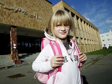 Marjánka z první třídy ze Základní školy Chelčického. Jí se ještě slučování škol netýká, jejích starších spolužáků ale ano.