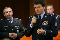 POLICISTÉ PRO PRAHU. Na páteční tiskové konferenci sliboval policejní prezident Oldřich Martinů (vpravo) pro zájemce o službu v metropoli zvláštní výhody.
