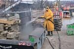 Čištění původních žulových prvků na mostě.