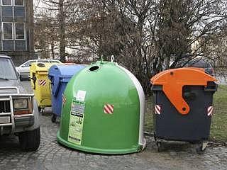 ŠETŘÍ ŽIVOTNÍ PROSTŘEDÍ. Nádoby na různé druhy druhy komunálního odpadu jsou už v ulicích metropole zcela běžné.