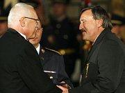 OCENĚNÝ. Antonín Panenka přijal z rukou prezidenta Václava Klause medaili Za zásluhy 1. stupně.
