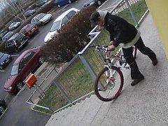 Krádež jízdného kola značky KMT Ultrasport v Janovské ulici v Horních Měcholupech.