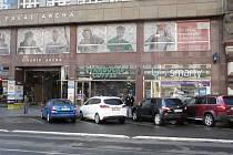 Obchody a kavárna místo někdejší vskutku vyhlášené lidové jídelny U Rozvařilů. Doba dravého kapitalismu si v ulici Na Poříčí v Praze vybírá svou daň.