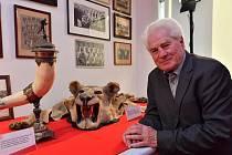 Den otevřených dveří v Edenu si s chutí užili nejen fanoušci, ale i samotné klubové legendy. Jan Lála (na snímku) se například po šedesáti letech setkal s trofejí, kterou slávisté přivezli z Jihoafrického festivalu v roce 1956.