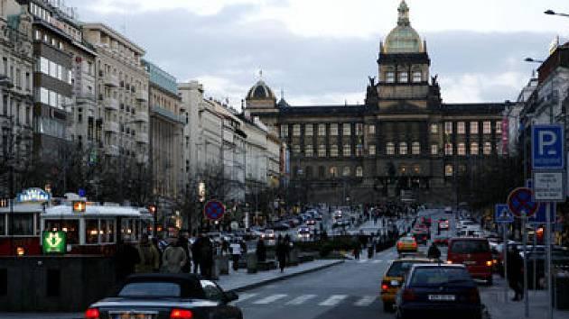 AUTA ZMIZÍ. Z povrchu Václavského náměstí by se v budoucnu měla všechna parkovací místa přesunout pod zem. V dolní polovině náměstí má vzniknout 160 a v horní 700 míst.