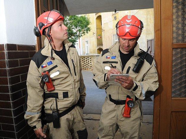 Znarušeného domu vNuslích bylo evakuováno šest osob, na místě zasahoval USAR tým