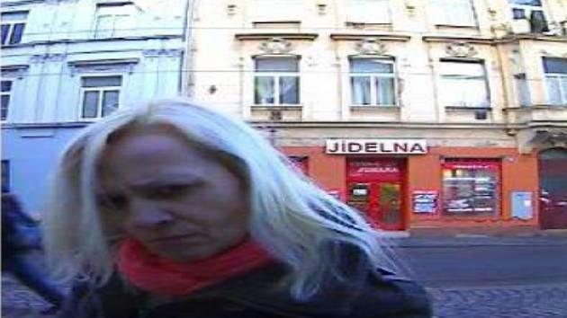 Podezřelá při výběru z bankomatu.