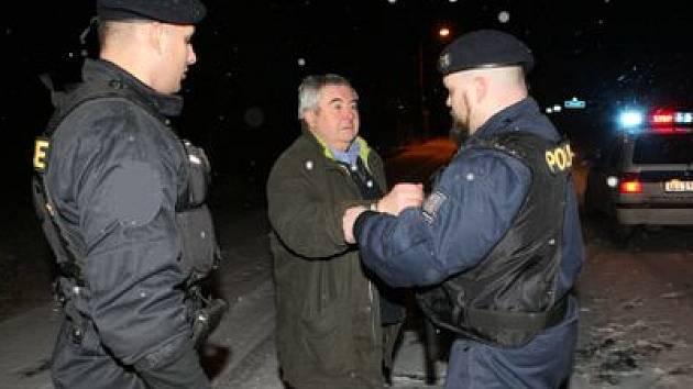PŘIŠEL O KŘESLO. Rudolf Zumr (uprostřed) policistům, kteří ho nadvakrát zadrželi, vyhrožoval svými konexemi. U soudu mu nebyly nic platné.