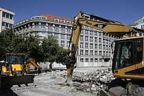 O obří staveniště před stanicí metra Národní třída budou Pražané zakopávat ještě hodně dlouho. Stavba Copa centra se opět odkládá.