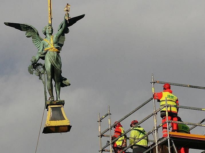 Kvůli rzi začalo v sobotu 10. prosince sundávání soch Viktorií z Čechova mostu v Praze.