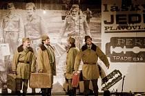 Představení divadla Husa na provázku Lásky jedné plavovlásky zahájilo 25. srpna 8. ročník divadelního festivalu Lesní slavnosti divadla v Řevnicích u Prahy.