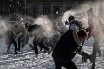 Třetí ročník sněhové studentské koulovačky proběhl v dejvickém campusu v Praze