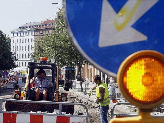 DOJDE I NA ZBYTEK. Křižovatka Anglické s Italskou projde rekonstrukcí, hotovo bude 11. listopadu. (Snímek z rekonstrukce spodní části Anglické.)