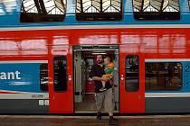 PO MĚSTĚ NA SLONU. Počet cestujících, kteří využijí příměstské linky, stále stoupá i díky moderním soupravám City Elefant (na snímku). Jen ještě dořešit malý počet zastávek.