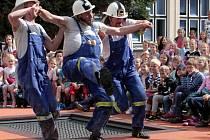 Rodinnou pouliční hasičskou grotesku v provedení TD Bomberos mohli včera v rámci festivalu Žižkov sobě zhlédnout děti v areálu ZŠ Jarov.