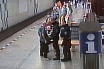 Muže bez roušky v metru zpacifikovali strážníci.