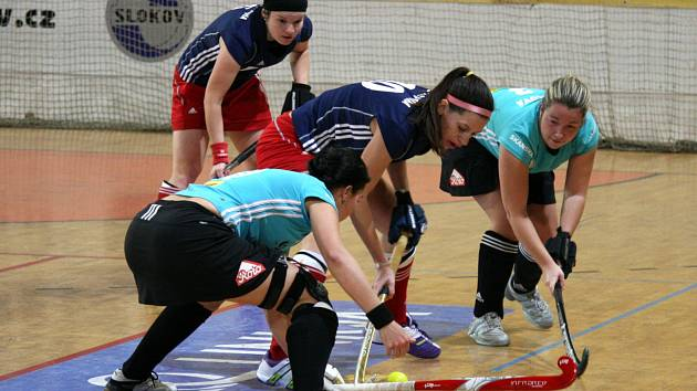Na úvod halové extraligy v pozemním hokeji si Bohemačky připsaly cenný skalp, když porazily Pragu. Dvě výhry si připsala Slavia.