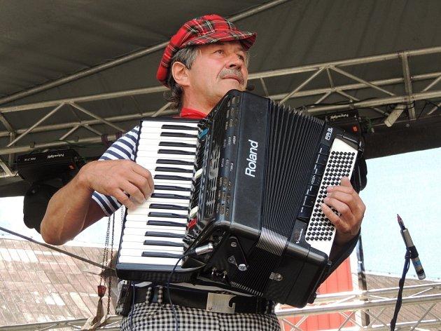 NA AKORDEON hrál Josef Matura, mezi muzikanty známý jako Pepino, od sedmi let. Začínal tedy už před půlstoletím! Pak tento nástroj trochu zanedbával, aby se k němu po letech vrátil. Dnes vystupuje nejčastěji s digitální klávesovou harmonikou doplněnou ele
