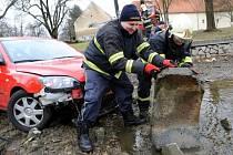 Vyproštění osobní automobilu z rybníka u Břevnovského kláštera v Praze.