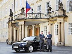 Ředitel Správy Pražského hradu Ivo Velíšek (vlevo) přebírá novou flotilu vozů z rukou vedoucího prodeje Škoda Auto Česká republika Miroslava Bláhy.