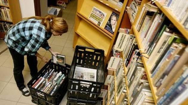 Stěhování. Pracovnice Knihovny na Vinohradech zabalily prvních deset tisíc svazků.