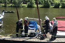 Hasiči lovili loď z Vltavy.