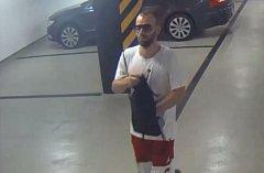 Policie hledá zloděje, který řádí v Karlíně.