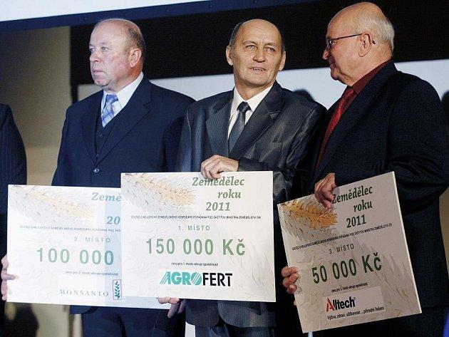 V soutěži Zemědělec roku 2011 získalo vítěžství 10. listopadu v Praze Zemědělské družstvo v Dlouhé Lhotě. Cenu za družstvo převzal pan Jarůšek.
