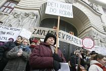 Demonstrace proti rušení azylového domu pro matky s dětmi v Praze 11 se konala ve čtvrtek 19. února.