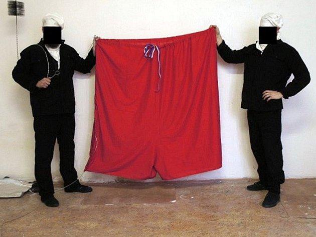 Členové performerské skupiny Ztohoven s červenými trenýrkami.