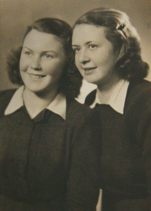 Eva (vlevo) se sestrou Hanou po válce.