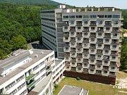 ŽIVOTNÍ PROJEKT se Evženu Linhartovi naskytl, ale až po druhé světové válce. V roce 1947 s kolegou Hilským vyhráli architektonickou soutěž na kolektivní dům v Litvínově. Ten dodnes patří k těm největším na našem území.