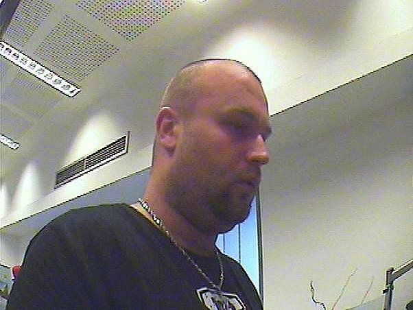 Pražští policisté pátrají po muži, který se dopustil podvodu.