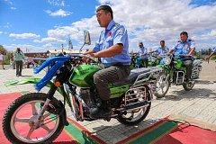 Pražská zoo dodala do mongolské Gobi spolu s koňmi Převalského motocykly sloužící k ochraně divokých velbloudů.