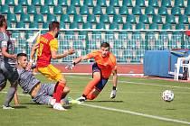 Fotbalisté Dukly si na Julisce v sobotu poradili s Chrudimí a stále vedou druholigovou tabulku. Na snímku střílí úvodní gól zápasu Lukáš Buchvaldek.
