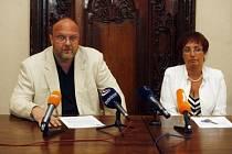 Dochází trpělivost. Ředitel Národní knihovny Vlastimil Ježek a ředitelka novodobých fondů a služeb NK na mimořádné tiskové konferenci.