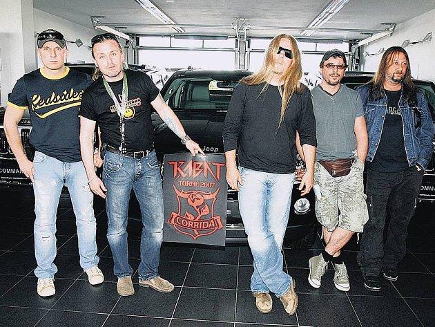 V PLNÉ PARÁDĚ. Kabáti vyrazí na dvouměsíční turné k desce Corrida ve čtyřech luxusních terénních vozech značky Jeep.