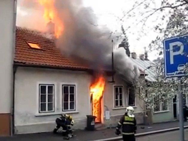 Požár přízemního domu v pražských Kobylisích.