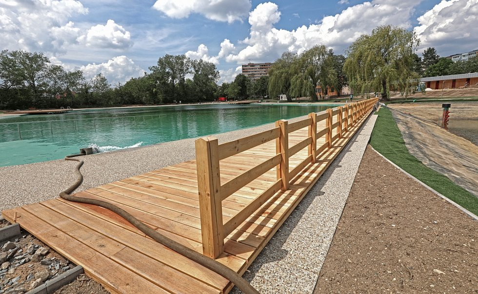 Bazén už se napouští, aby byl přichystaný pro první návštěvníky.