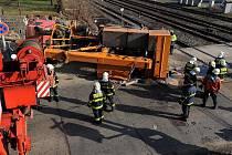 Srážka rychlíku s bagrem na železničním přejezdu ve Velké Chuchli v pátek celé dopoledne komplikovala provoz na vytížené trati mezi Prahou a Berounem.