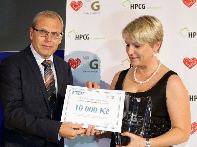 Jana Erbová, vítězka kategorie Partner, převzala ceny z rukou Jana Pertla, výkonného ředitele a člena představenstva společnosti Vltava-Labe-Press.